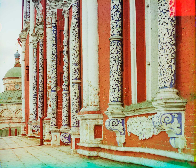 Kremlin de Riazán. Catedral de la Dormición, fachada norte. Columnas de piedra caliza tallada. Verano de 1912.
