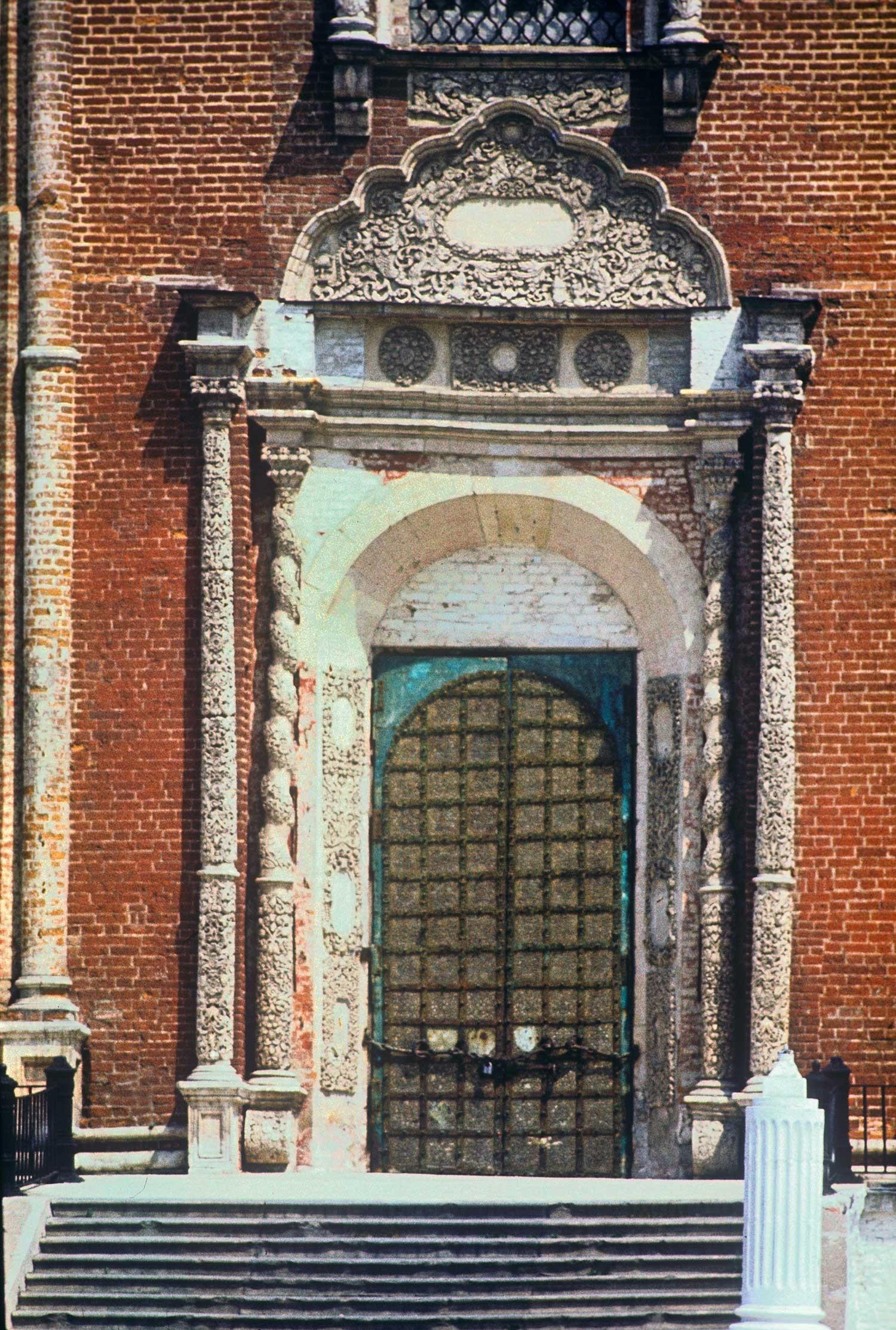 Kremlin de Riazán. Catedral de la Dormición, fachada oeste. Portal principal. 13 de mayo de 1984.
