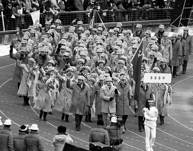 Seleção soviético marcha durante a cerimônia de abertura dos Jogos Olímpicos de Inverno de 1984, em Sarajevo