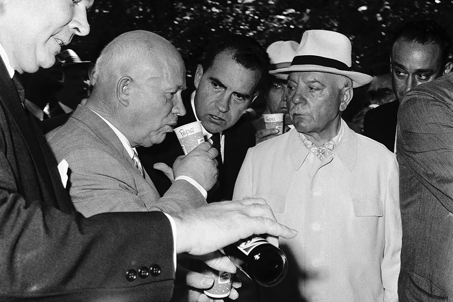 Nikita Khruschov (esq.) experimenta uma Pepsi em 1959 na Exposição Nacional dos EUA em Moscou. Ele é observado pelo vice-presidente dos EUA, Richard Nixon (centro), e Donald Kendall (dir.).