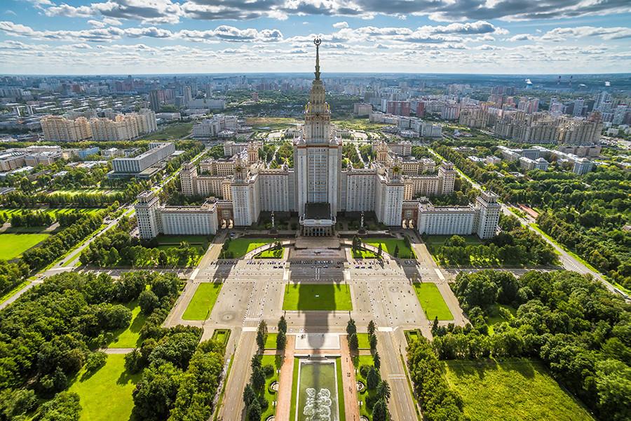 Universitas Negeri Moskow (MGU), salah satu gedung pencakar langit Rusia. Di kanan dekat bangunan terletak taman Vorobyovy Gory.
