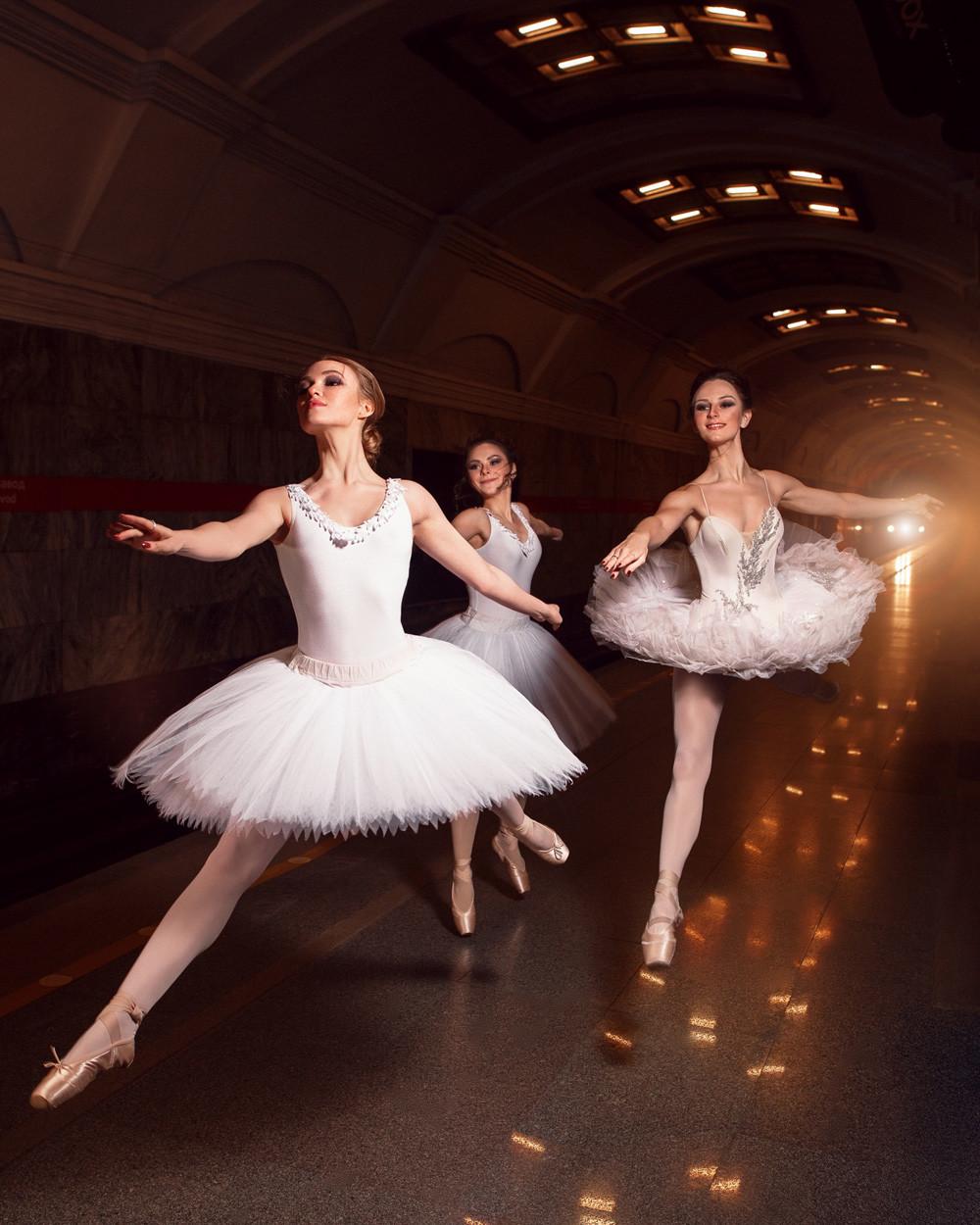 Russisches Ballett – das ist Kraft, Eleganz und Schnelligkeit. Ebenso springen diese Ballerinen hier durch die Station Kirow-Fabrik.