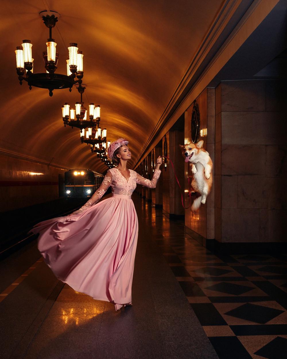 """Jana Posadskaja ist eine Sankt Petersburger Fashion-Bloggerin. In der Metro liest sie am liebsten Tschechow, aktuell: """"Die Dame mit dem Hündchen""""."""