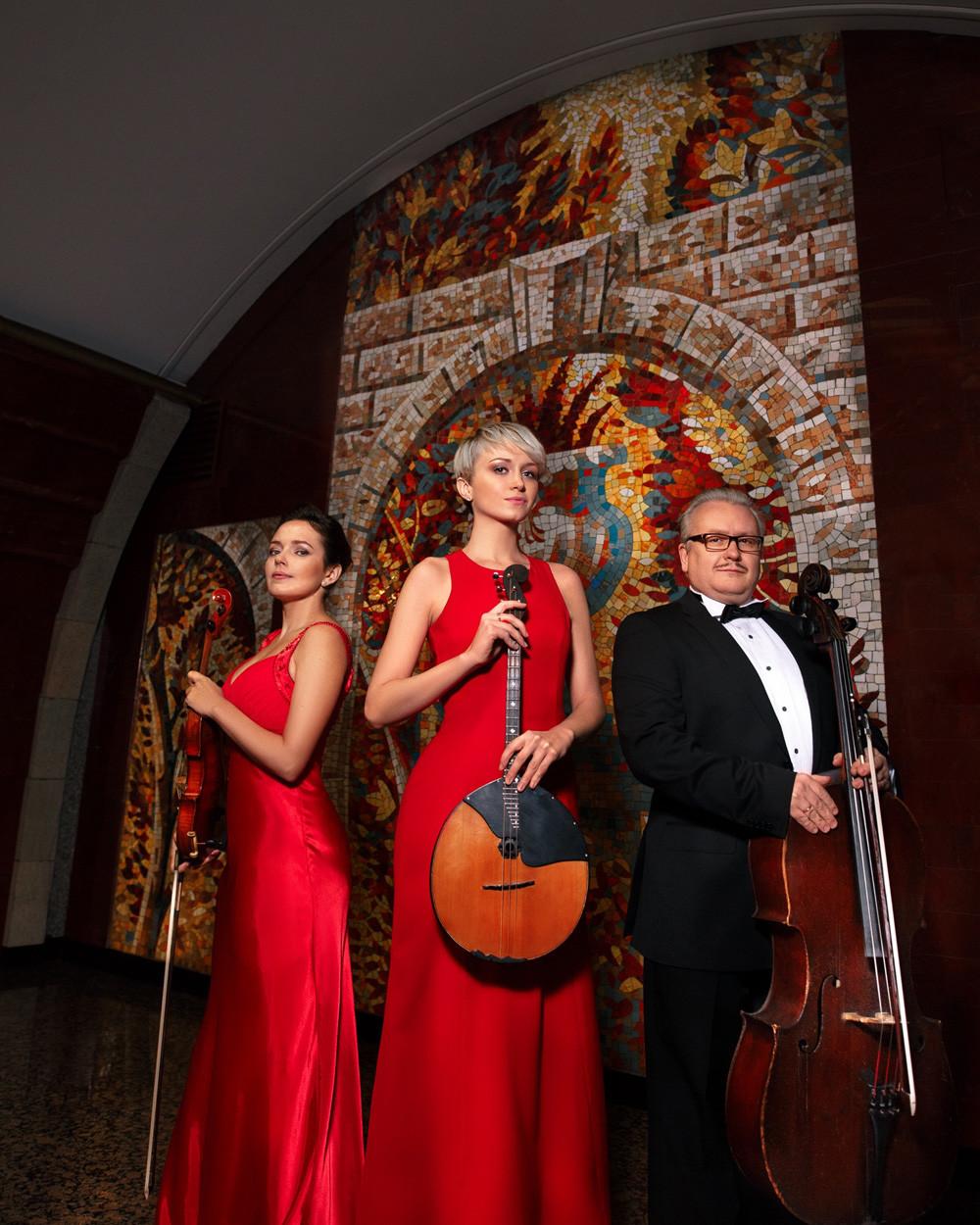 An der Bukarestskaja spielt ein tolles Trio auf: Die Musiker spielen oft unterirdische Konzerte und diese Station ist sicher eine der schönsten in ganz Sankt Petersburg. Das Mosaik an der Wand zeigt einen Vogel, das Symbol für Liebe und Wärme.