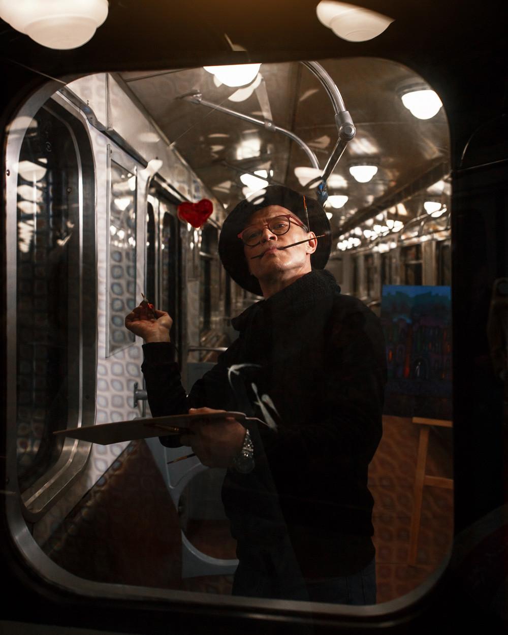 Der berühmte Sankt Petersburger Künstler Valerius traf einst in der heimischen Metro seine Muse: Er verliebte sich in ein rothaariges Mädchen in seinem Waggon. Obwohl er sie persönlich nie kennenlernte, widmete er ihr viele seiner Werke.