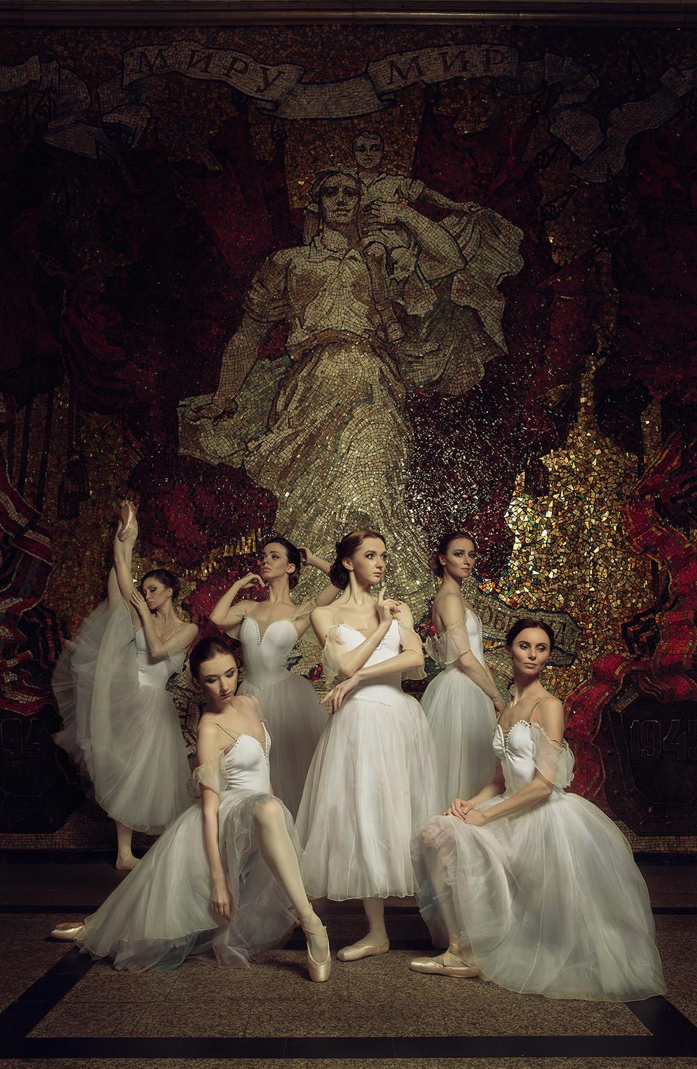 Solisten des Michajlowskij-Theaters lieben die Station Awtowo, deren Interieur der Verteidigung Leningrads gewidmet ist.