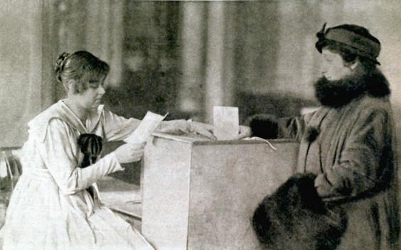 Primera mujer votando durante la elección de la Asamblea Constituyente.