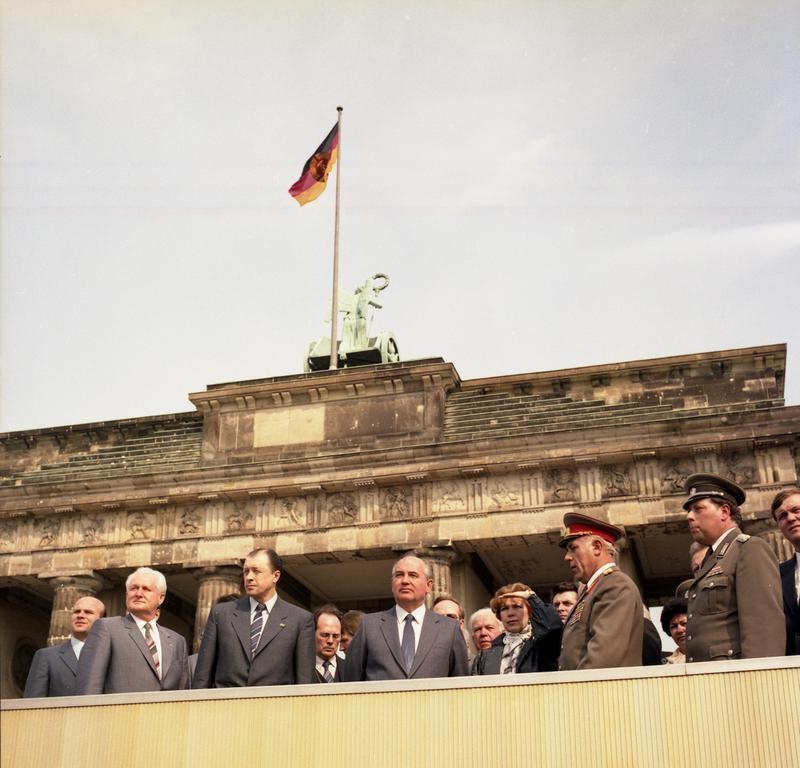 Gorbačov v Berlinu ob Branderburških vratih in Berlinskem zidu, 1986