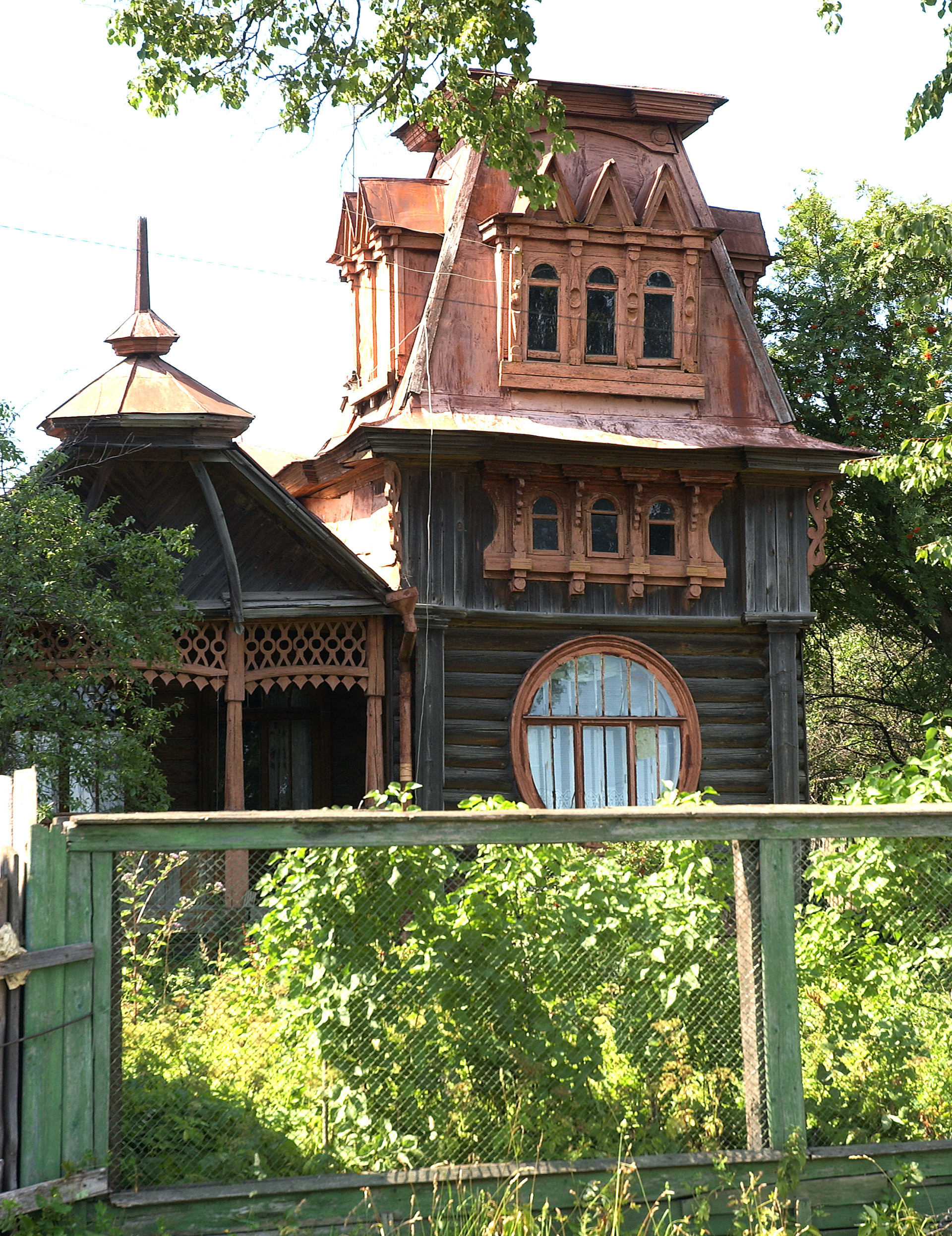 The most popular sights in Kimry are the beautiful and unique Art Nouveau wooden mansions.
