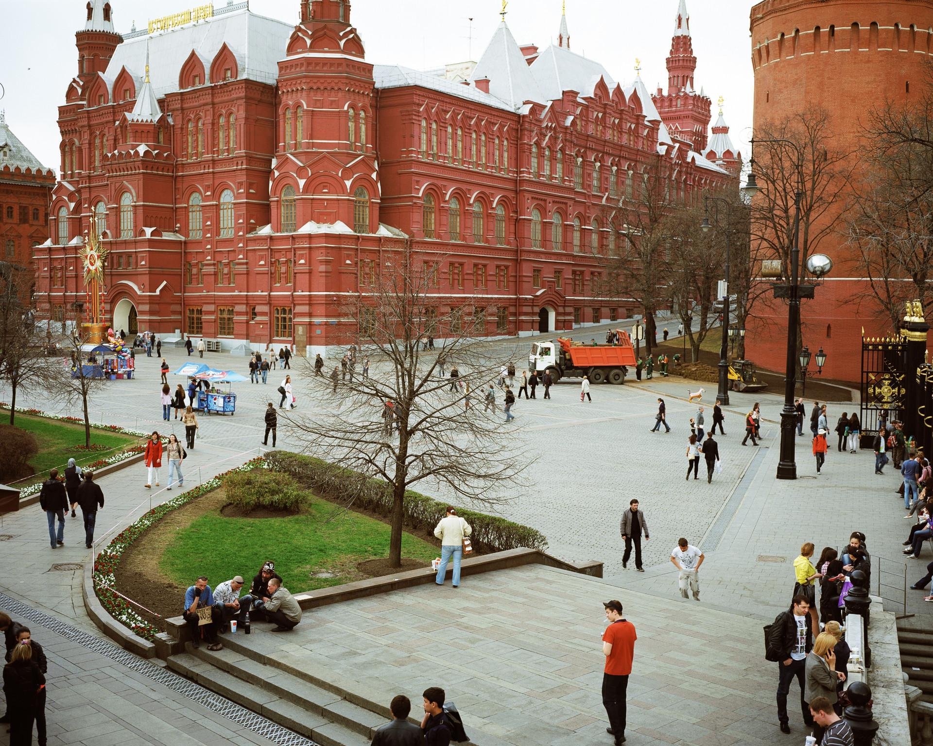 Bäume, Autos, Menschenfiguren, sortiert von Barrieren; Moskau, 2011