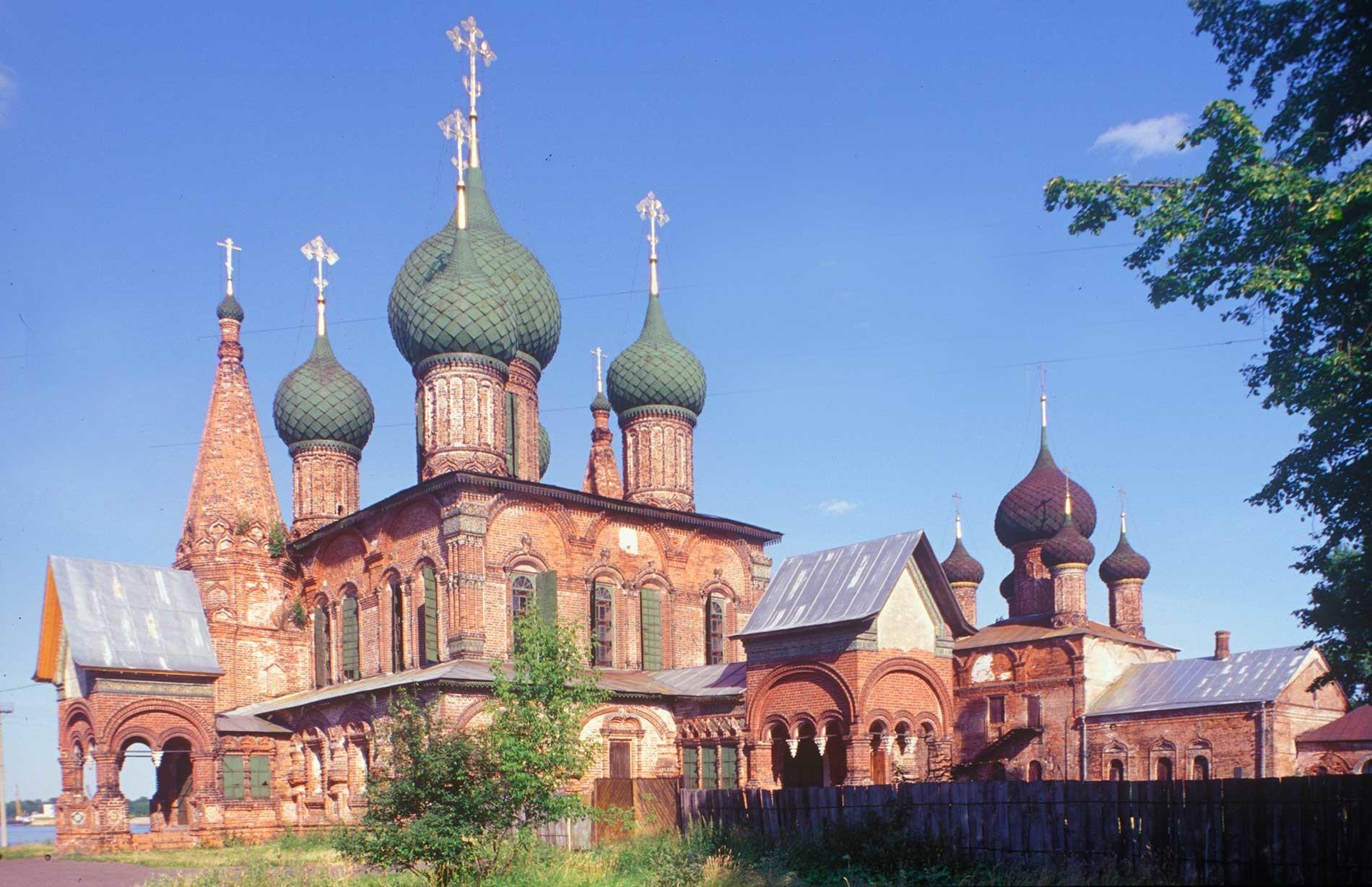 Conjunto aqruitectónico Koróvniki en Yaroslavl: Iglesia de San Juan Crisóstomo (a la izquierda), Iglesia del Icono de Vladímir. Vista noroeste. 24 de Julio de 1997.