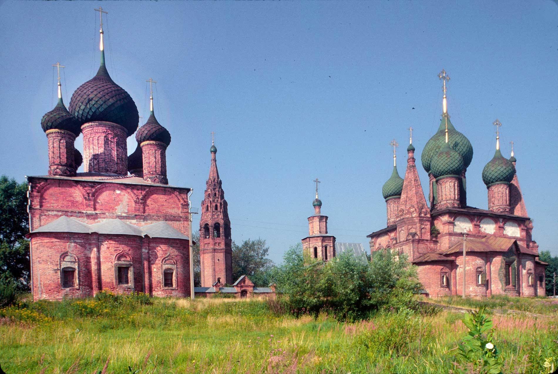 Conjunto Koróvniki: Iglesia del Icono de Vladímir (a la izquierda), campanario, Puerta Santa, Iglesia de San Juan Crisóstomo. Vista sur desde el Volga. 27 de julio de 1997.