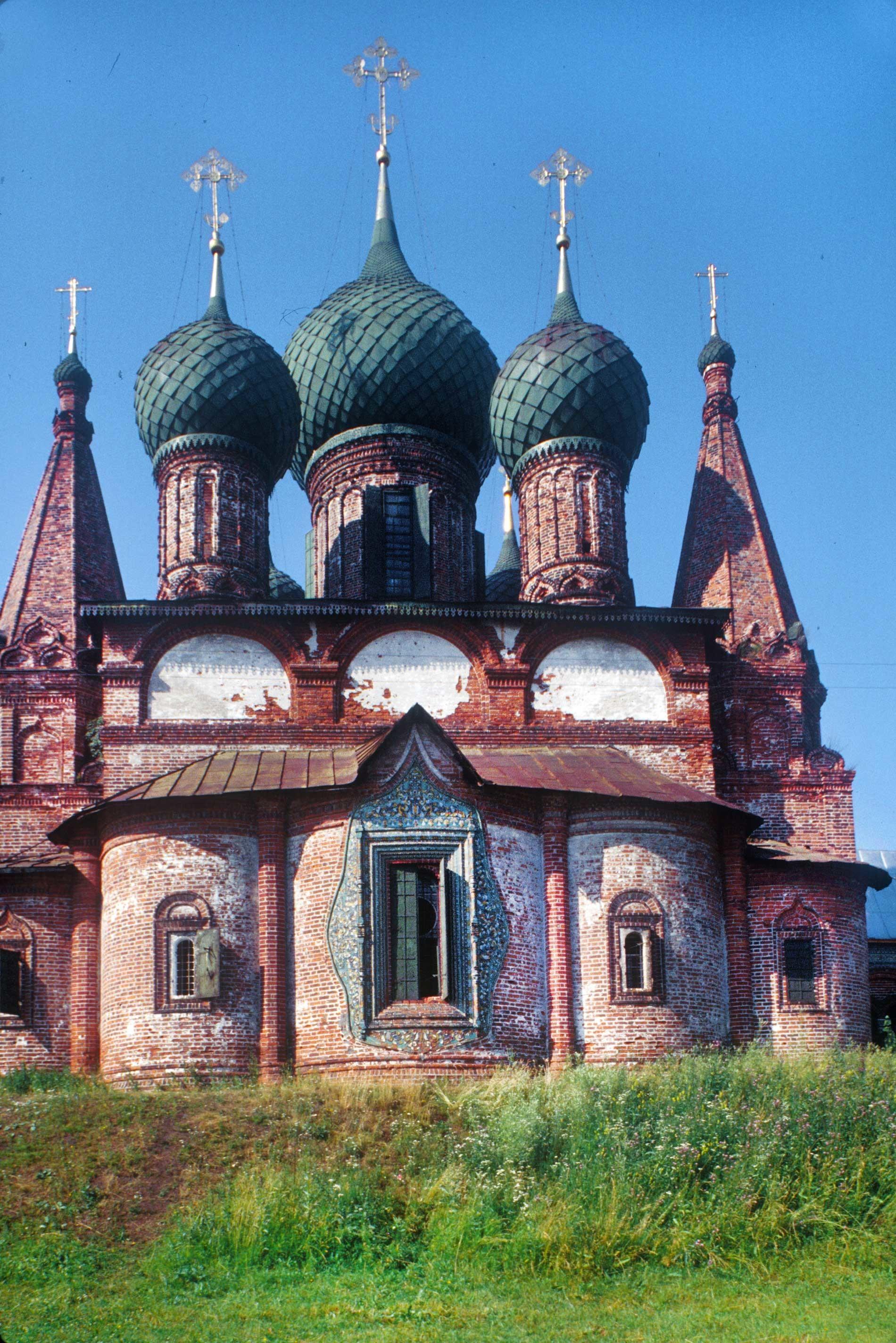 Iglesia de San Juan Crisóstomo con las capillas (debajo de las torres). Vista este. 27 de julio de 1997.