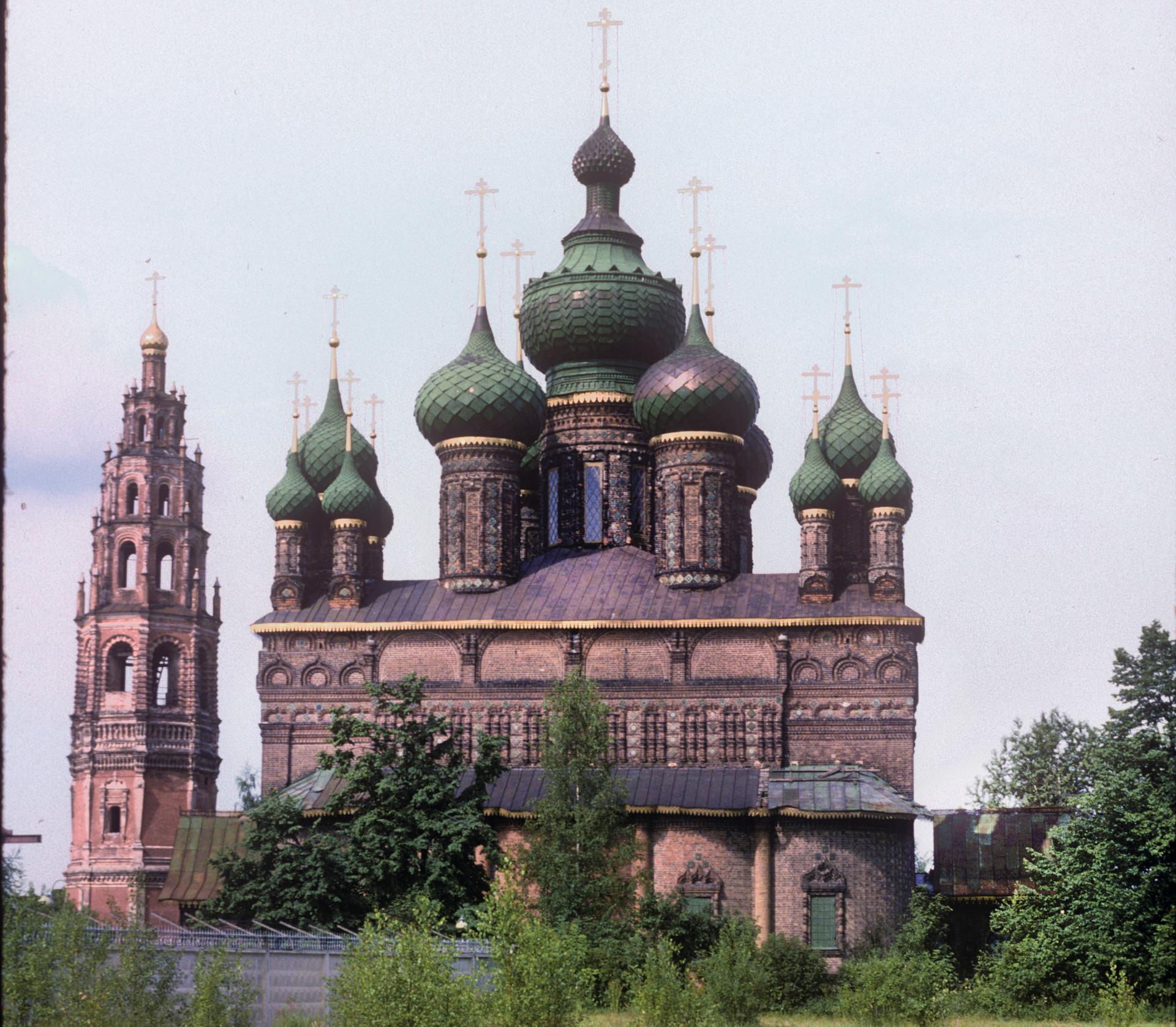 Iglesia de la Decapitación de Juan Bautista, con campanario. Vista este. Izquierda: valla de fábrica. 29 de junio de 1995.