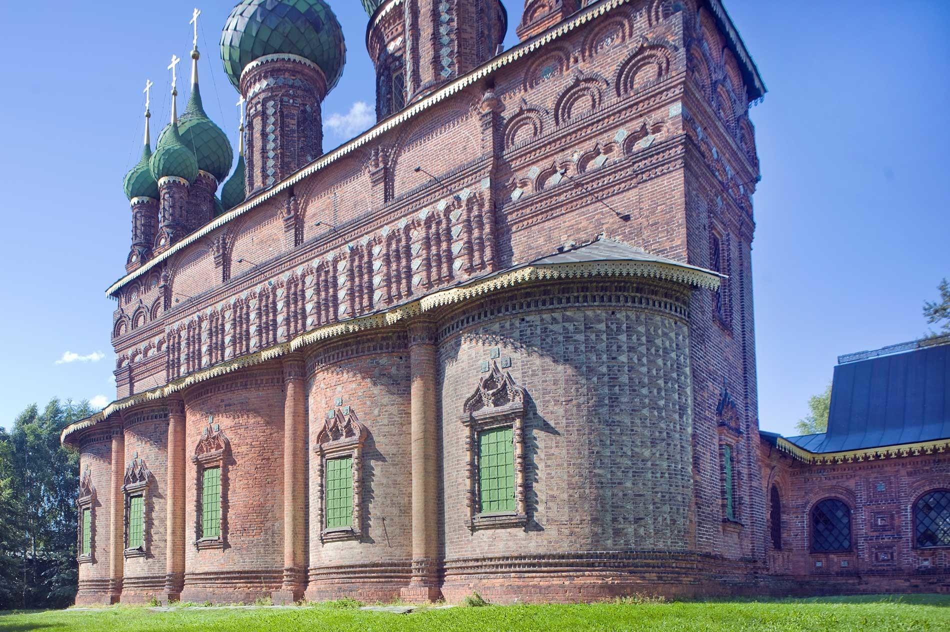 Yaroslavl. Iglesia de la Decapitación de Juan Bautista en Tolchkovo, ábside y capilla norte. Vista noreste. 15 de agosto de 2017.