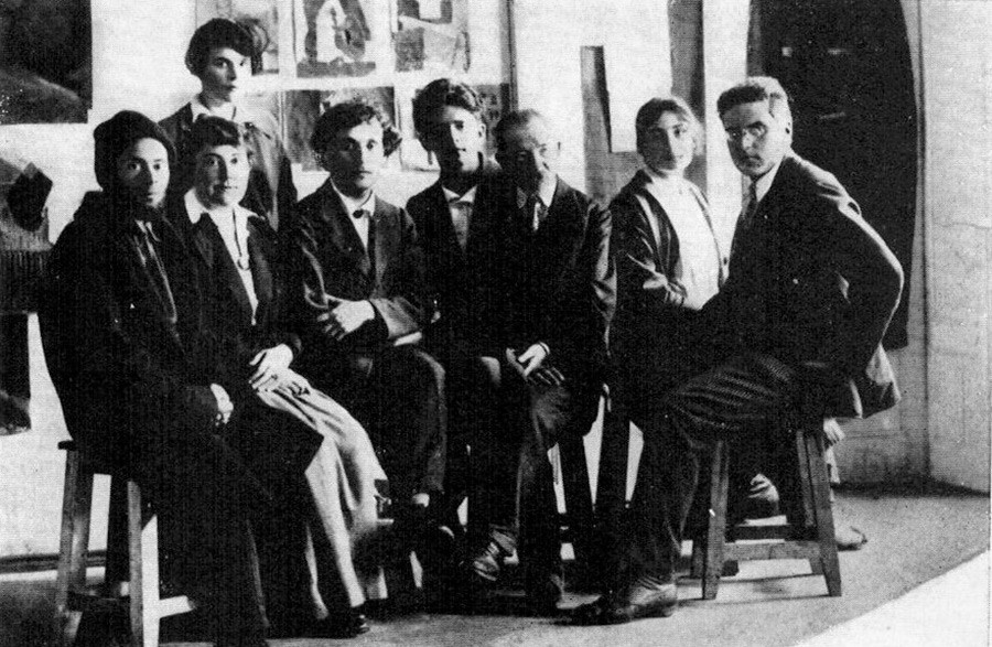 Professeurs de l'école populaire des beaux arts. Vitebsk, 26 juillet 1919. Assis de gauche à droite : El Lissitzky, Vera Ermolaeva, Marc Chagall, David Yakerson, Iouri Pen, Nina Kogan, Alexandre Romm. Debout : un élève de l'école