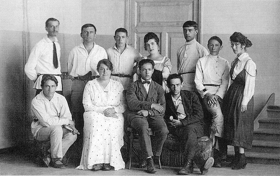 UNOVIS. Juillet 1922, au moment de sa dissolution. Vitebsk. Malevitch est le second en partant de la gauche au second rang.