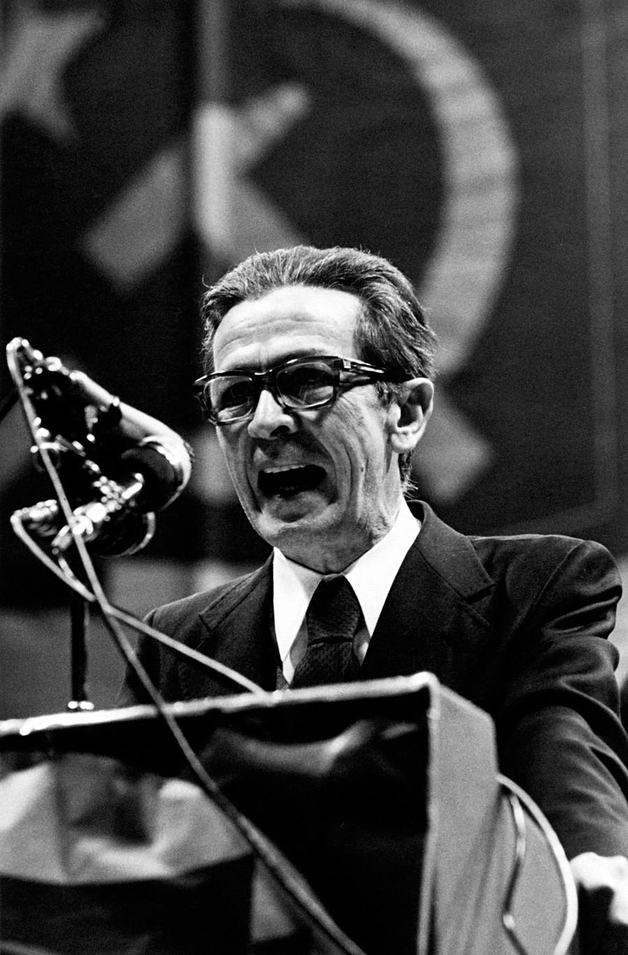 Sekretaris Partai Komunis Italia Enrico Berlinguer, yang membuat partainya berpaling dari Uni Soviet, berbicara dalam sebuah pertemuan, tahun 1980-an.