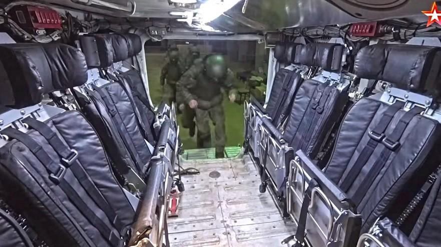 Pogled na potniški desantni odsek in vstopno rampo iz perspektive poveljnika