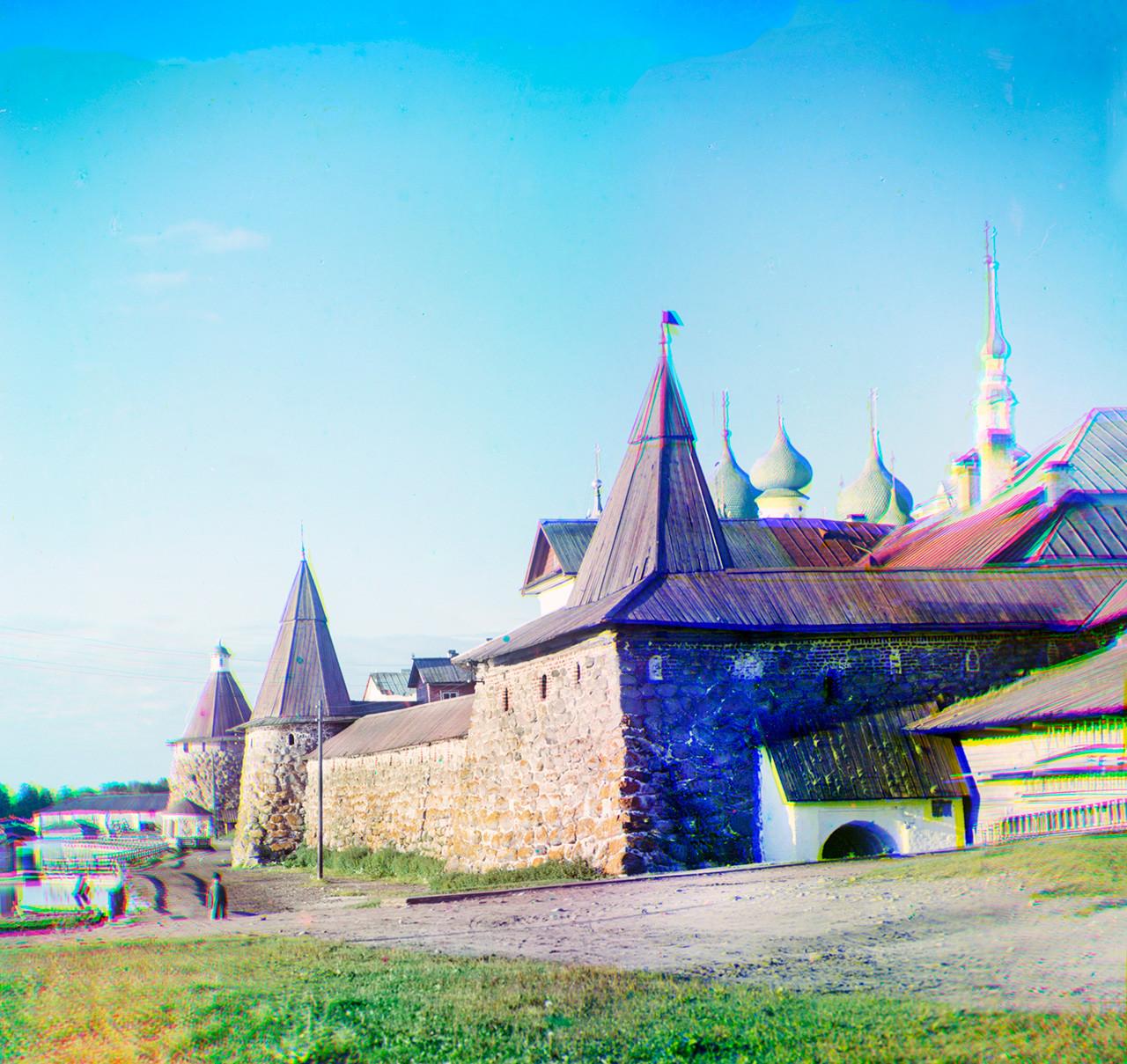 Monasterio de Transfiguración Solovetski. Pared Este con Torre del Arcángel, Torre de las Cocinas y Torre de la Cervecera del Kvas (derecha). Verano de 1916.