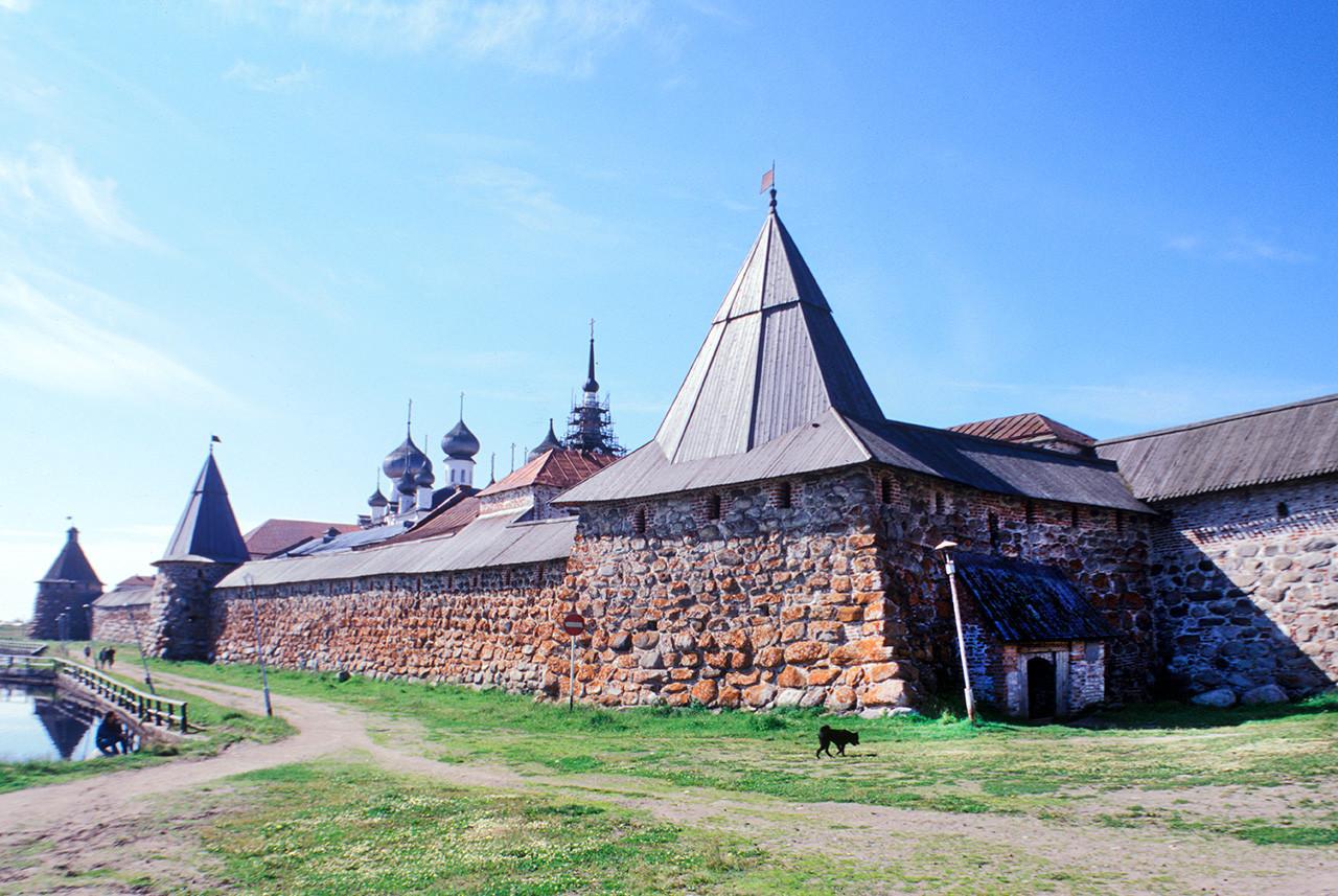 Monasterio de Transfiguración Solovetski. Muro Este con Torre del Arcángel, Torre de las Cocinas y Torre de la Cervecera del Kvas (derecha). 25 de julio de 1998
