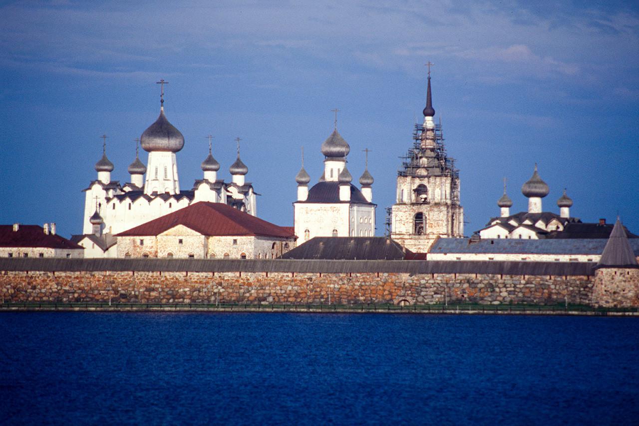 Monasterio de la Transfiguración Solovetski. Muro Este a través del Lago Santo. De izquierda a derecha: Catedral de la Transfiguración, Catedral de la Trinidad, Iglesia de San Nicolás, campanario, refectorio de la Iglesia de la Dormición. 26 de julio de 1998.