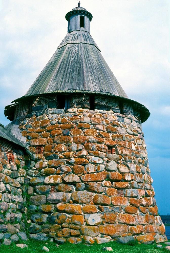 Monasterio de la Transfiguración Solovetski. Torre del Arcángel. 26 de julio de 1998.