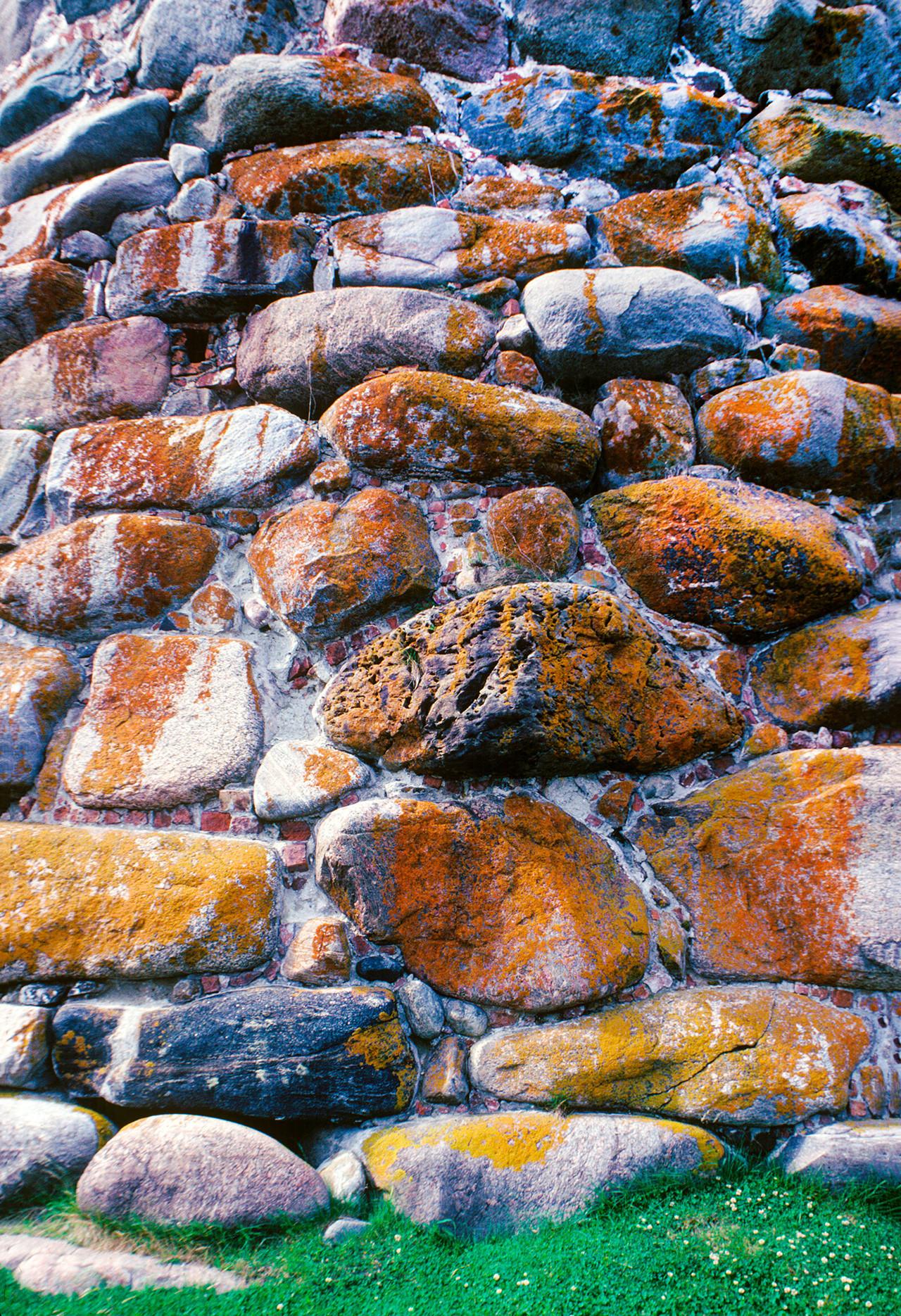 Monasterio Solovetski. Torre del Arcángel, construcción en piedra de granito. 26 de julio de 1998.
