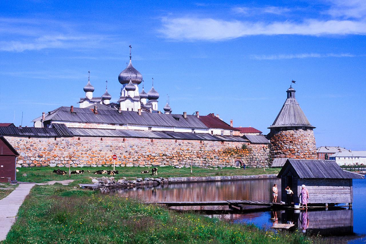 Monasterio de la Transfiguración Solovetski. Muro sureste con Torre del Arcángel y Catedral de la Transfiguración. Vista sur en la que se aprecia un galpón de lavado. 25 de julio de 1998.