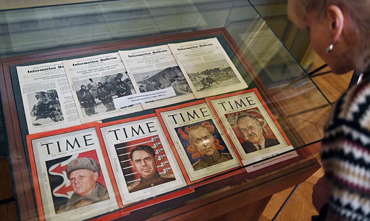 Корици на Time и информационни бюлетини, публикувани от съветското посолство в САЩ от 1943 г., на изложба, посветена на 75-годишнината от Битката при Сталинград