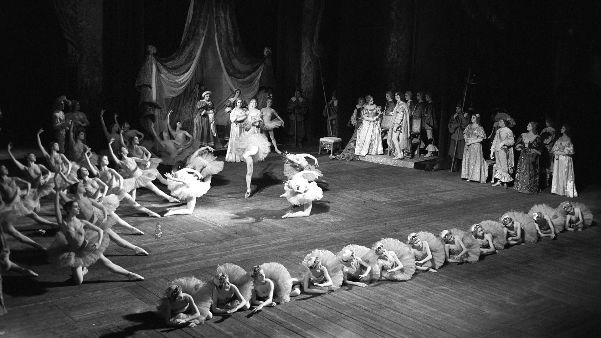 Državno gledališče opere in baleta Kirova. Balet Trnuljčica, z glasbo Čajkovskega in koreografijo Mariusa Petipaja.
