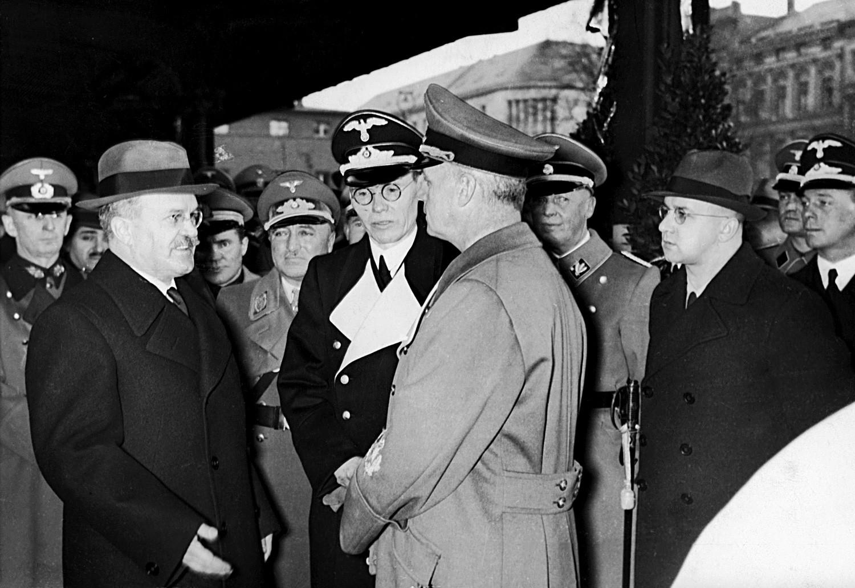 Молотов разговара са министром спољних послова Трећег рајха Јоакимом фон Рибентропом уочи свог одласка из Берлина 14. новембра 1940. Совјетско-немачко пријатељство је трајало 2 године.
