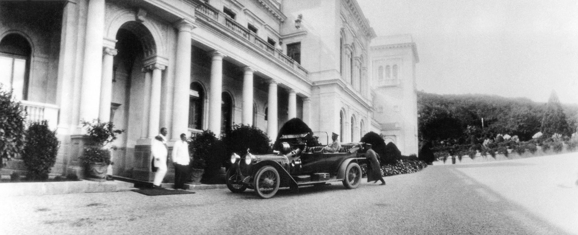 Livadia, Krimea, Kekaisaran Rusia. Tsar Nikolay II keluar dari sebuah mobil di Istana Livadia. Pria yang duduk di mobil adalah Vladimir Dedyulin yang bertanggung jawab atas keamanan Istana Tsar.