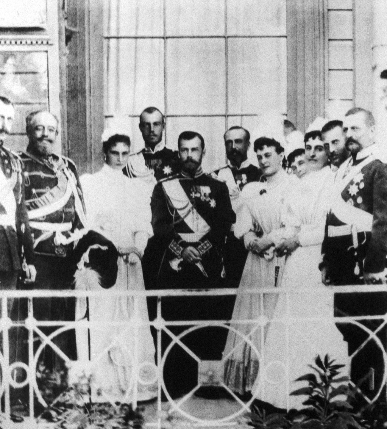 Livadia, Krimea, Kekaisaran Rusia. Tsar Nikolay II (tengah) dan keluarganya di balkon Istana Livadia.