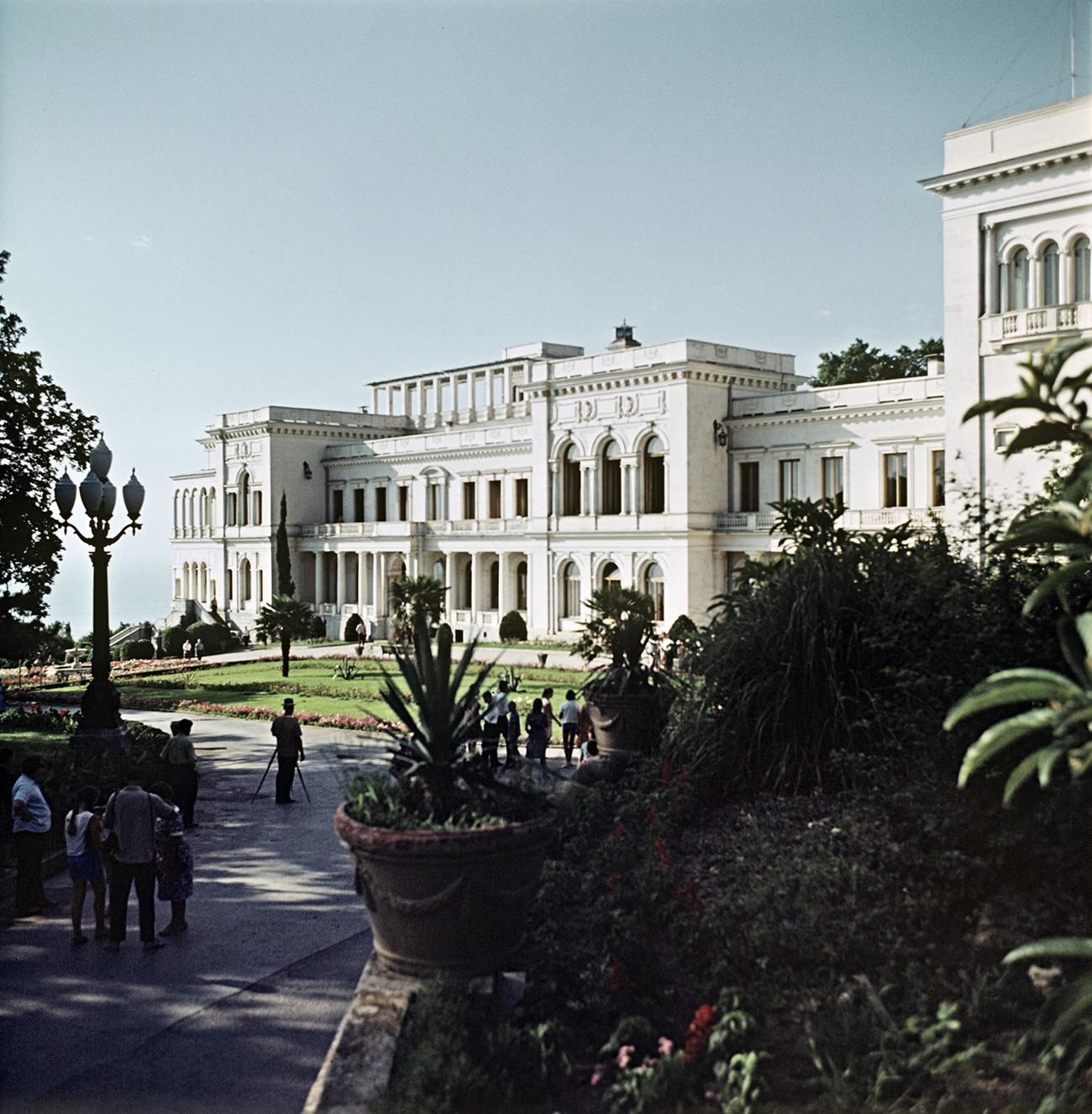 Sejak akhir Perang Dunia II hingga kematian Stalin pada 1953, istana tersebut digunakan sebagai dacha bagi para pejabat negara.