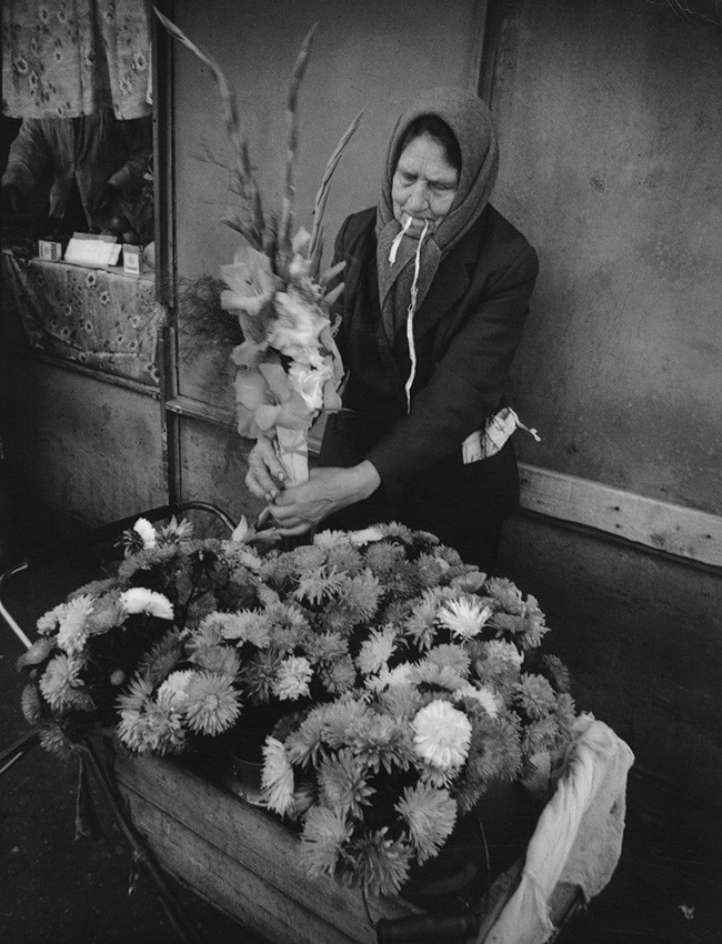 Ženska prodaja cvetje v naselju Gorki.
