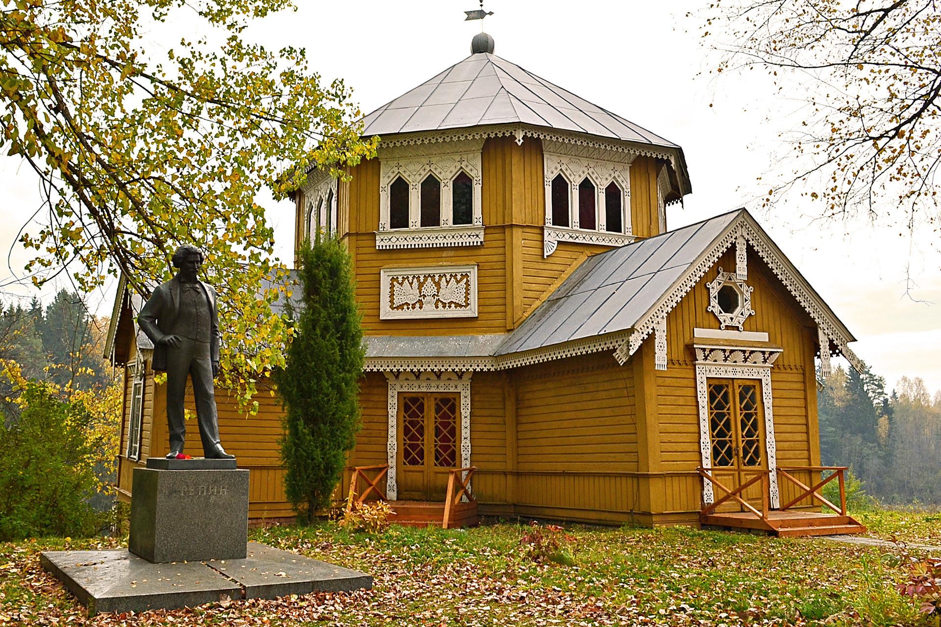 Repin-Denkmal am Parkhäuschen der Künstler-Datscha bei Wyschnij Wolotschok