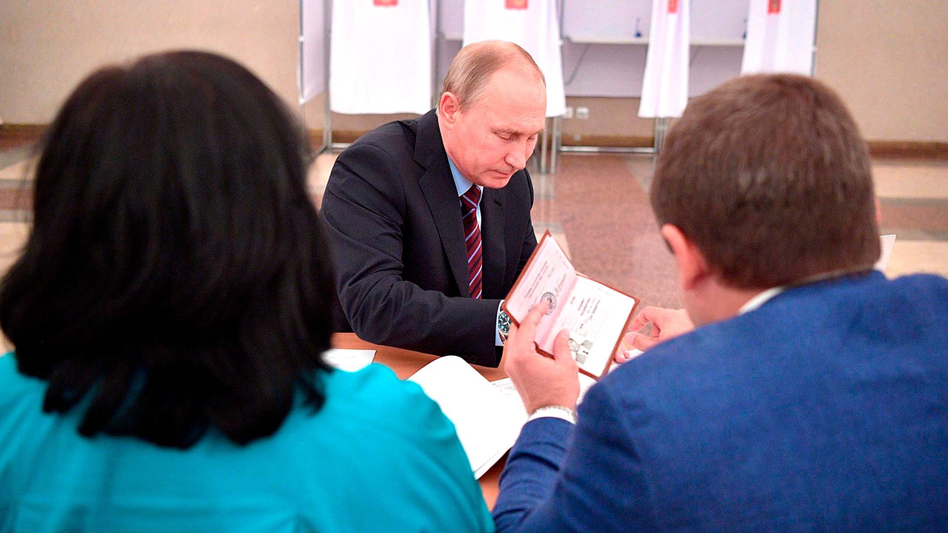 昨年ロシアで実施された地方議会選挙で、ウラジーミル・プーチン大統領のパスポートが、目利きのリポーターによって撮影された。現在の大統領のパスポートをちょっとだけお見せしよう。