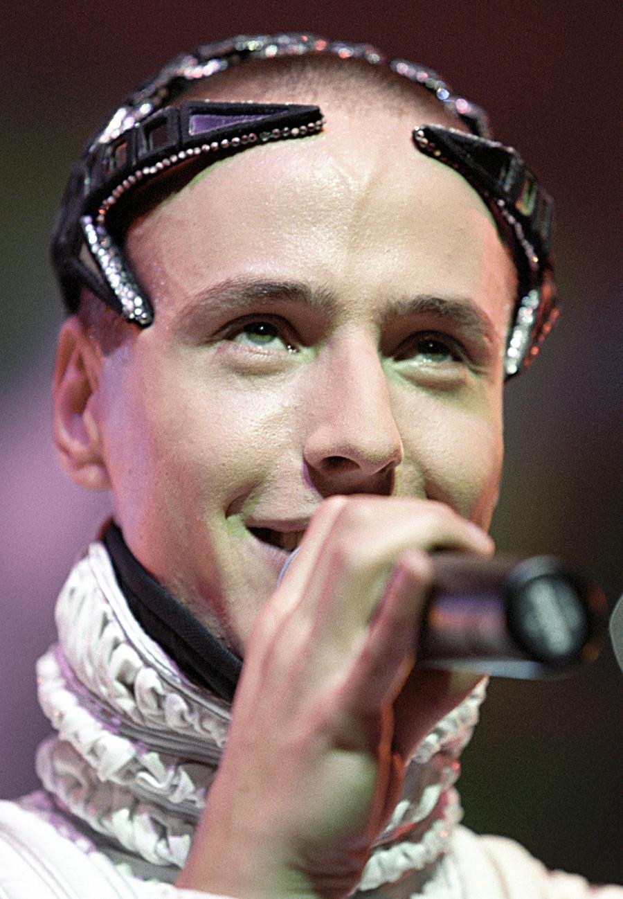 """Il cantante russo Vitas durante le riprese dello spettacolo di Capodanno """"Persone divertenti"""", dicembre 2005"""