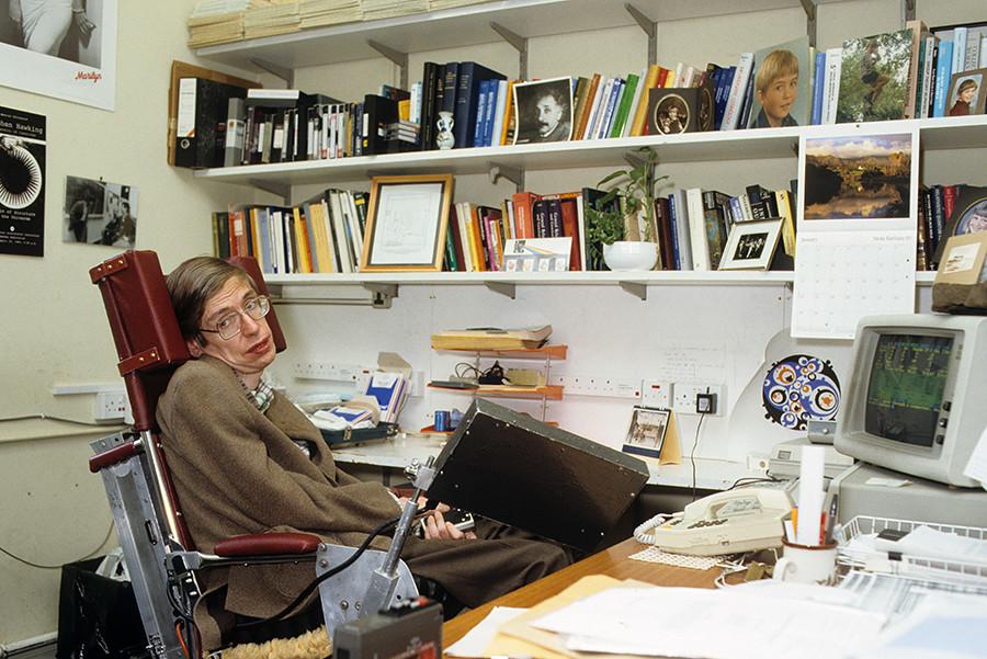 """Famoso por seu trabalho acadêmico sobre buracos negros e relatividade, Hawking é autor de vários livros, incluindo """"Uma Breve História do Tempo"""""""