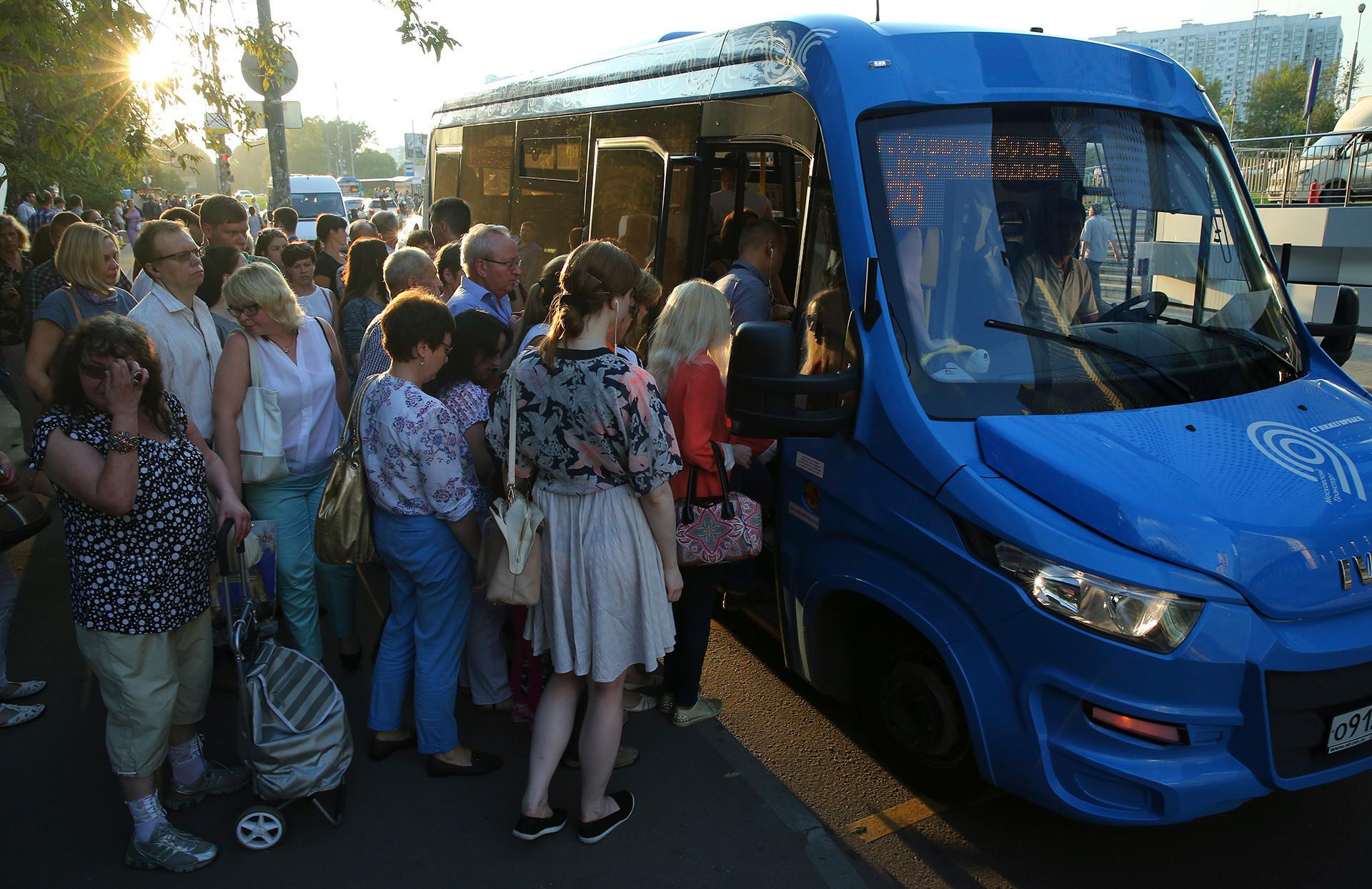 Uma 'marchrutka' (ônibus do tipo lotação) no centro de Moscou