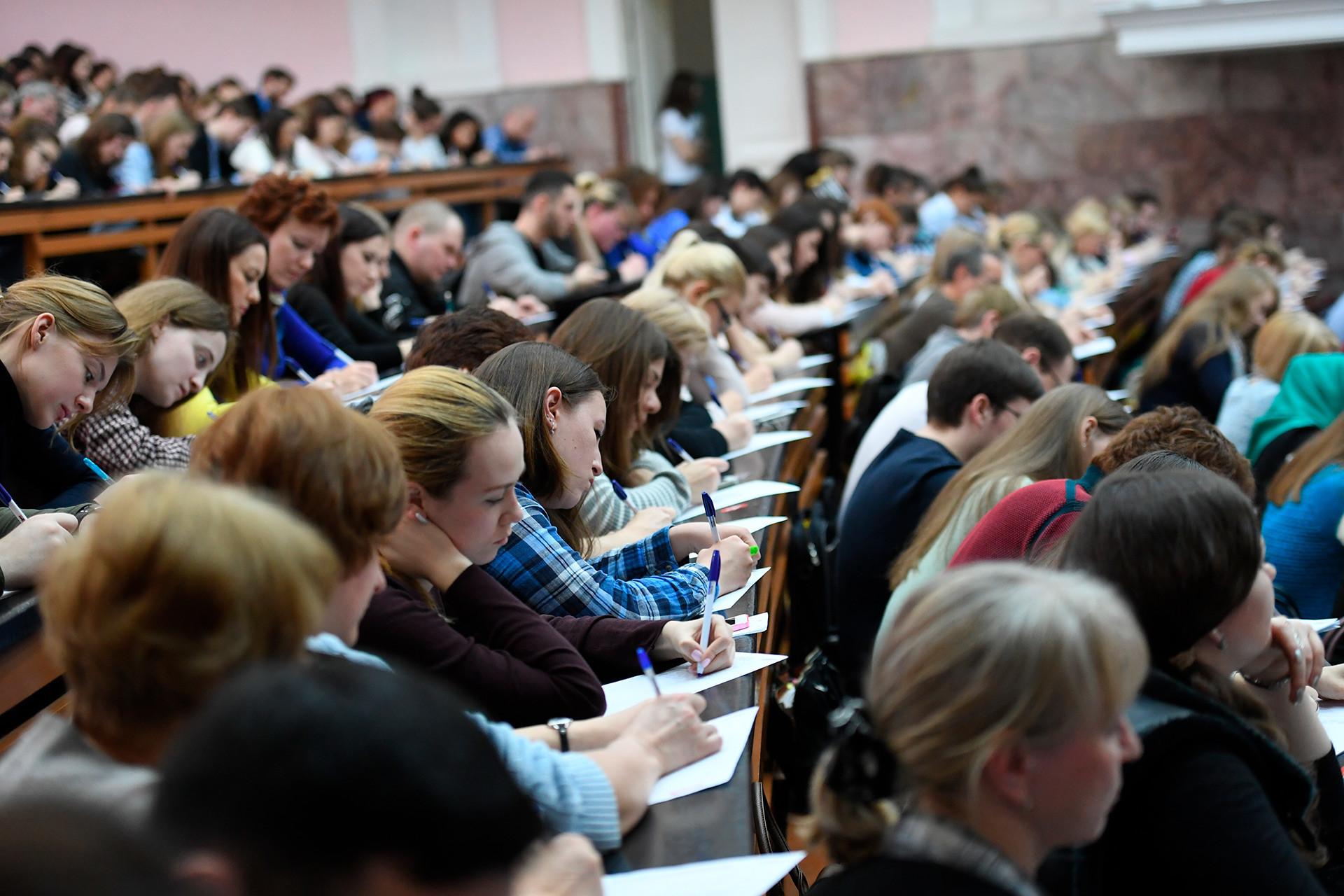 Algumas universidades têm cursos ministrados em inglês.