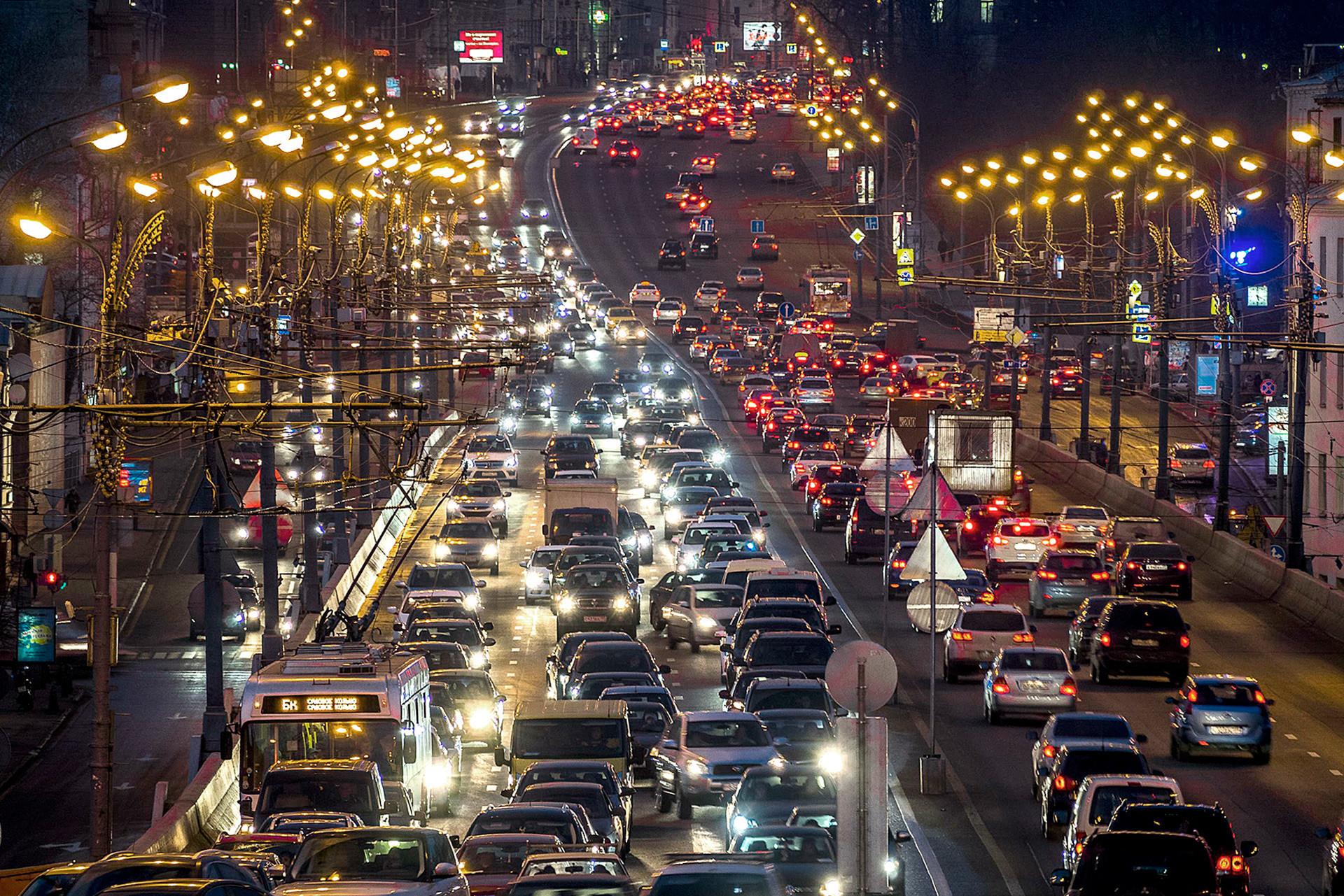 Trânsito, luzes, movimento, a Rússia tem grandes cidades para serem descobertas.