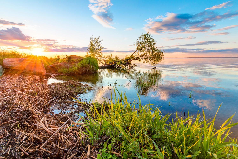Залазак сунца на обали језера Плешчејево у Перејаслављу-Залеском, Јарославска област, Русија.
