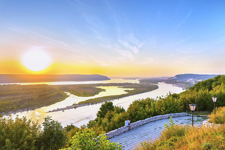 Залазак сунца у туристичком делу Волге на подручју Самаре. Живописна природа Централне Русије у летњем периоду.