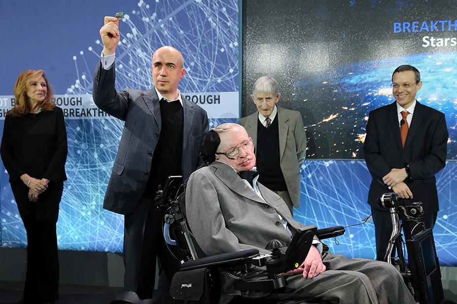 Stephen Hawking dengan Yuri Milner yang memegang prototipe 'Star Chip', benda terbang robotik yang mampu terbang di luar angkasa.