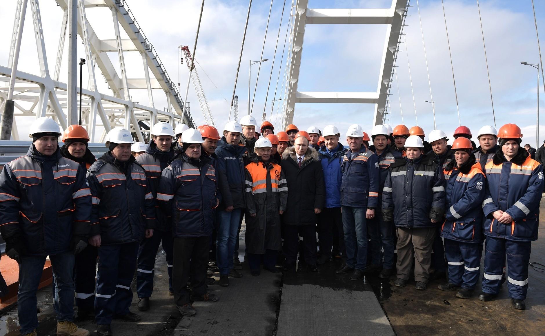 Путин со градежници