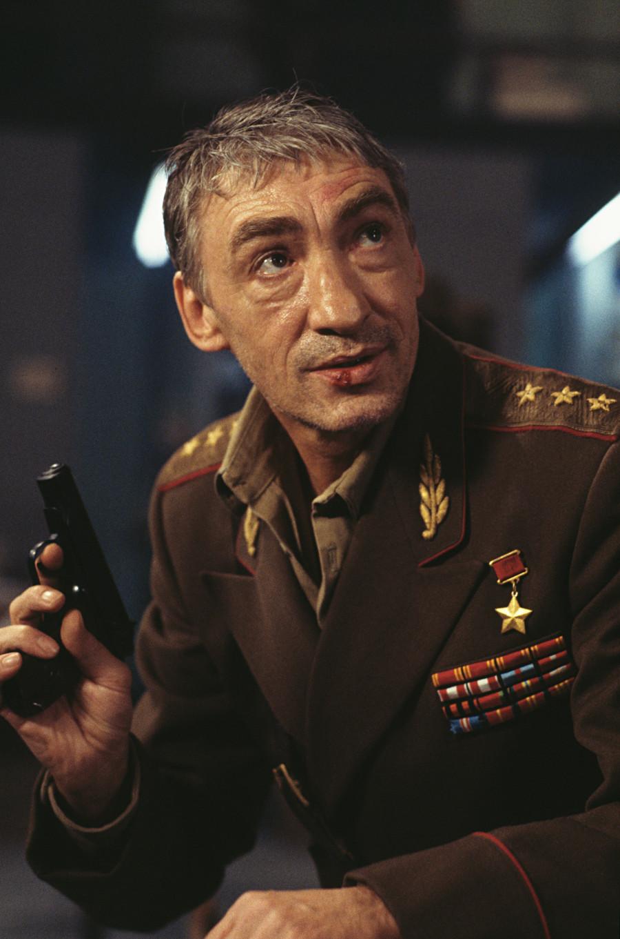 Ator alemão Gottfried John como General Ourumov