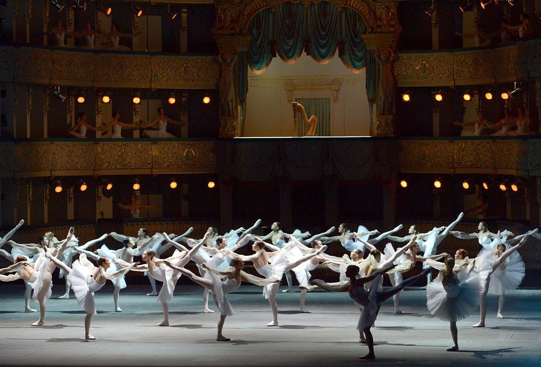 Bailarinos do Teatro Marínski fazem performance de trecho de