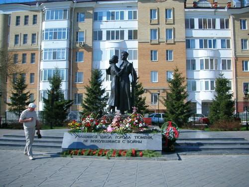 Spomenik padlim sovjetskim borcem iz tjumenskih šol